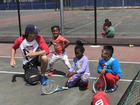 La Asociación de Tenis de Richmond Expande Lecciones para Estudiantes